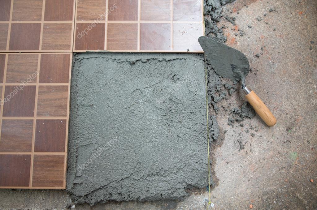 Verbetering van het huis renovatie bouw troffel met cement mortel voor tegels werk stockfoto - Tegels van cement saint maclou ...
