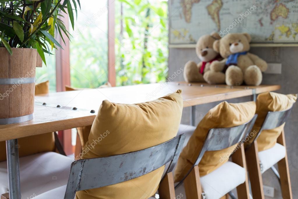 Bar kruk en houten tafel ingericht in woonkamer — Stockfoto ...