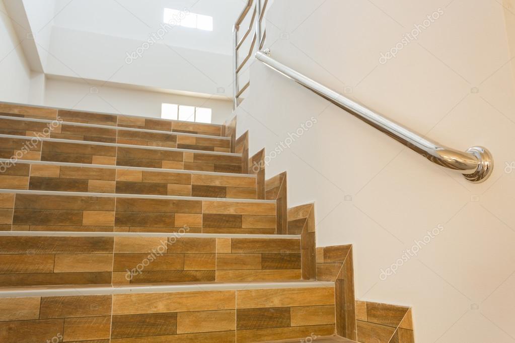 Fotos escaleras con ceramica escalera en casa for Escaleras baldosas ceramica