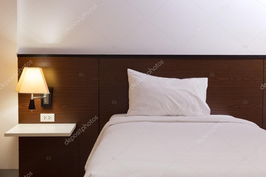 Slaapkamer Lamp Design : Interieur design slaapkamer met bed en lamp u2014 stockfoto © sutichak