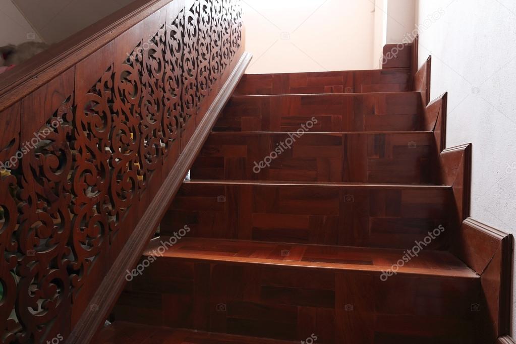Scala in legno con pavimento in parquet — Foto Stock