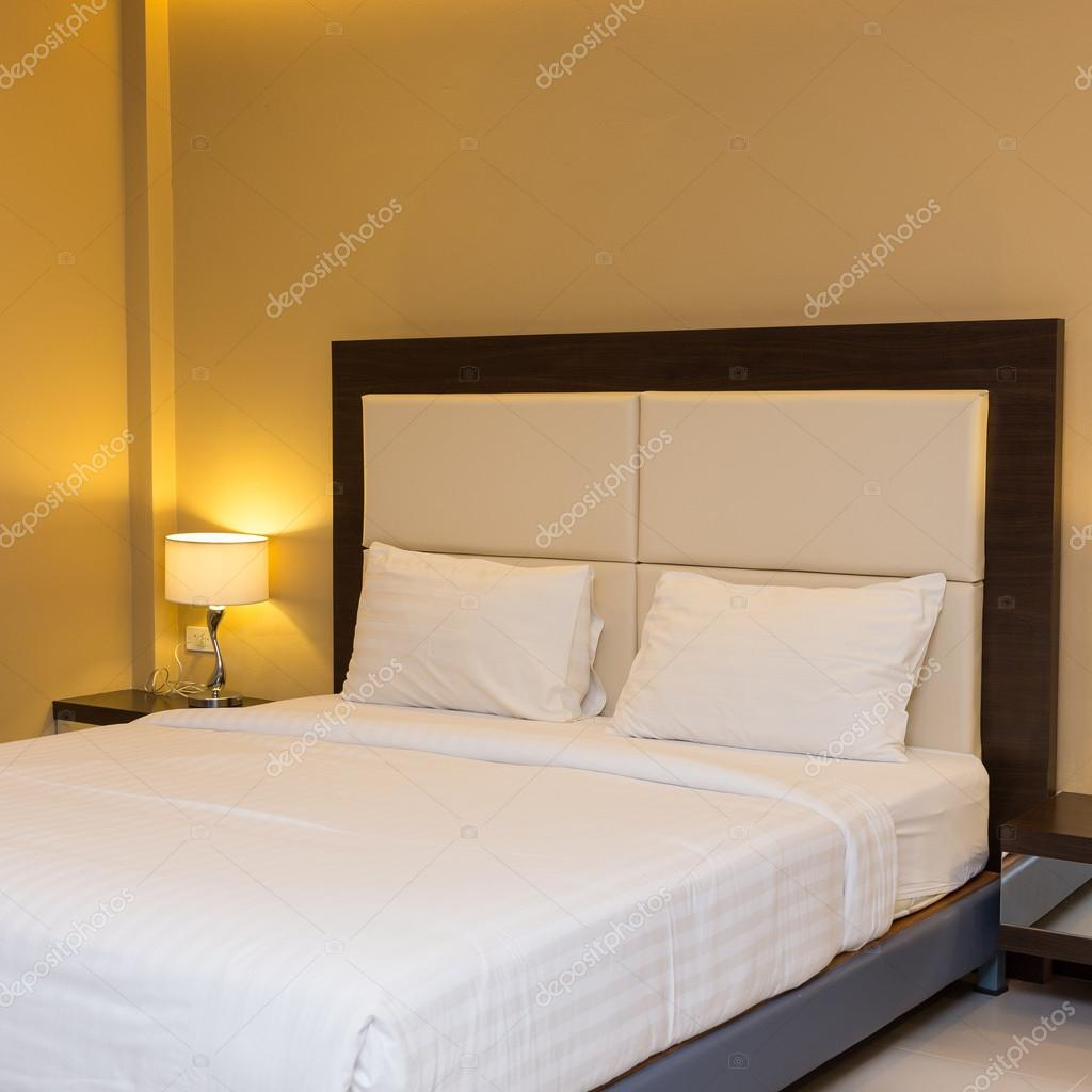 slaapkamer met bed en lamp decoratie — Stockfoto © Sutichak #58703887