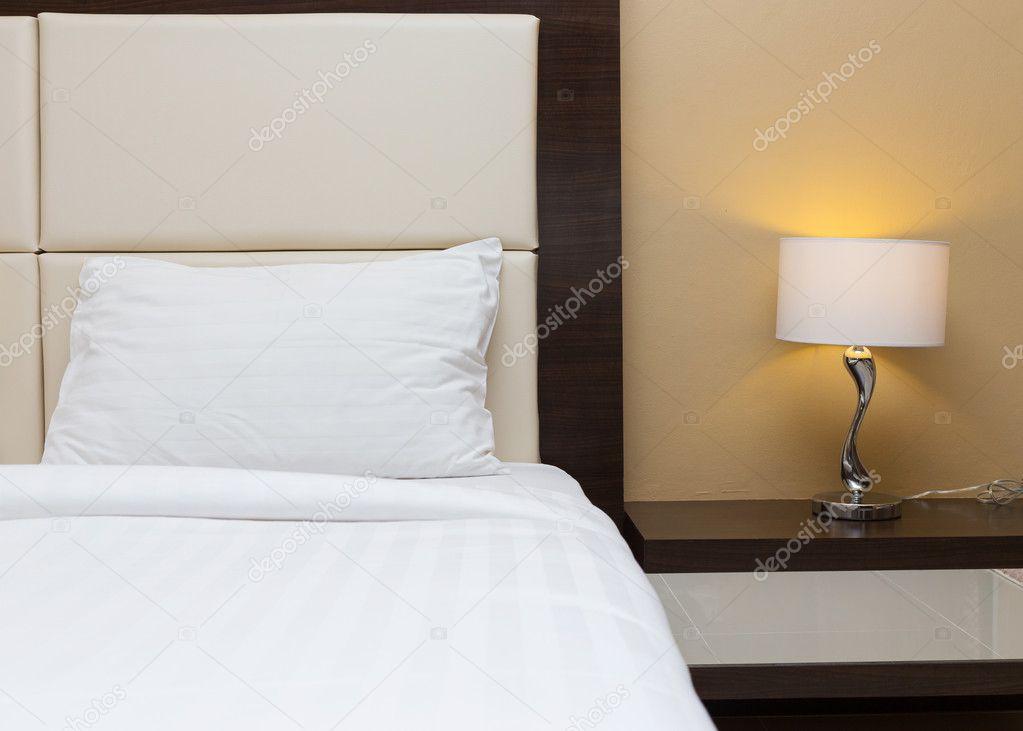 Design Slaapkamer Lamp : Slaapkamer met bed en lamp decoratie u stockfoto sutichak