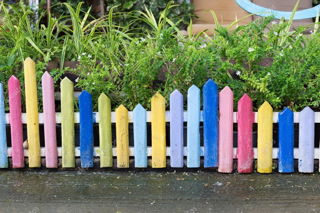 Houten Hekwerk Tuin : Kleurrijke houten hek in kleine tuin u stockfoto sutichak