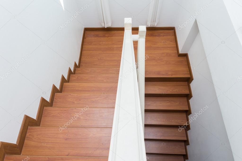 Houten trap gemaakt van gelamineerd hout in witte moderne huis