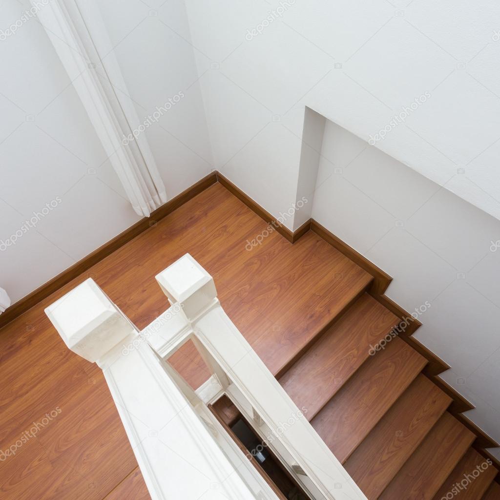 Holztreppe aus dem Laminat Holz in weiß, modernes Haus — Stockfoto ...
