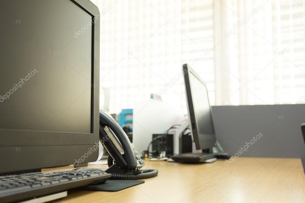 Ufficio Del Lavoro In Nero : Tabella di lavoro in ufficio con computer nero pc u2014 foto stock
