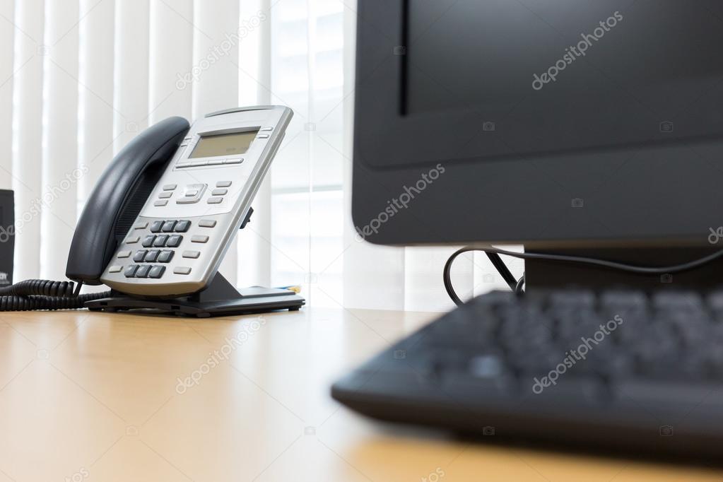 Téléphoniques et informatiques sur table de travail du bureau