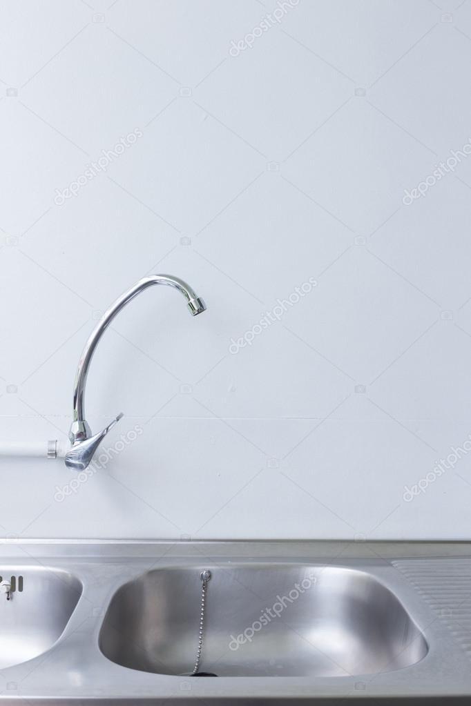 fregadero de acero inoxidable y grifo de cocina blanco — Foto de ...