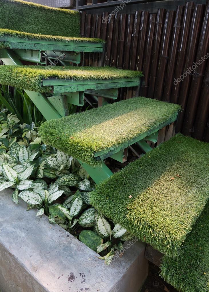 Groen gras trap in de tuin inrichting huis tuin for Huis in de tuin
