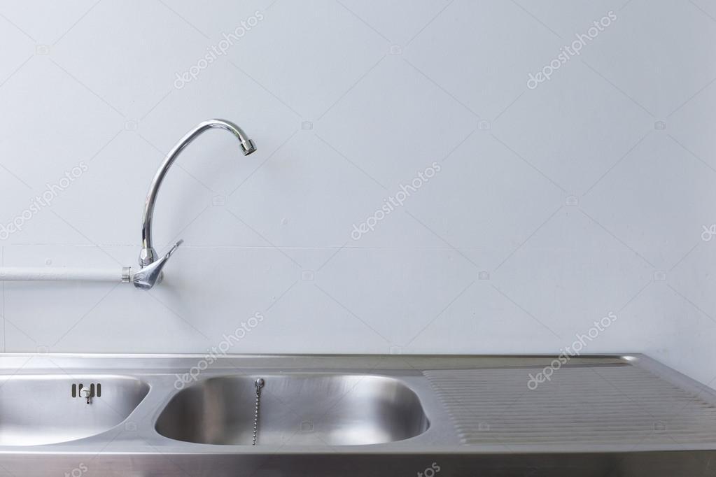 fregadero de acero inoxidable y grifo de cocina blanco — Fotos de ...
