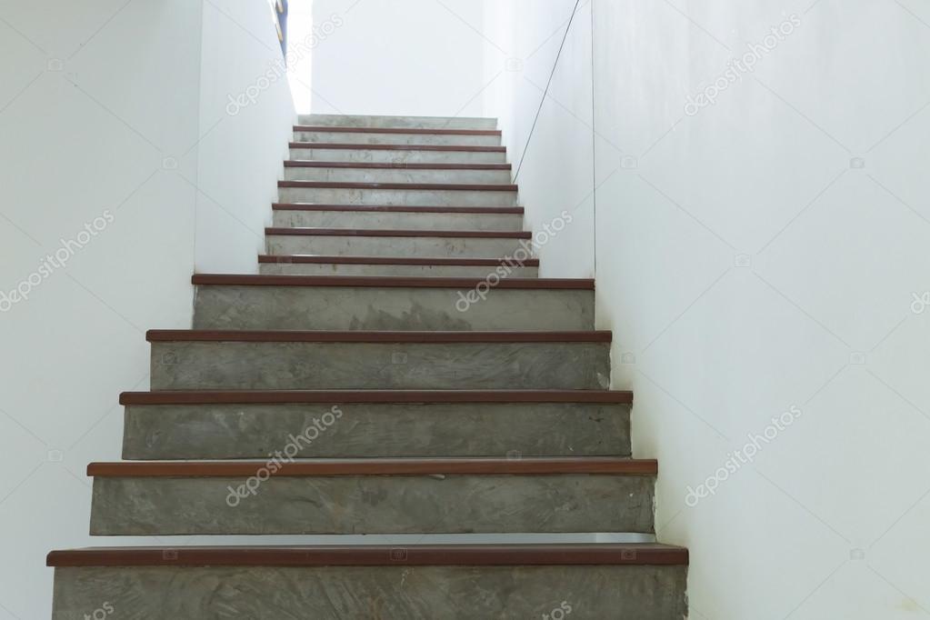 Schon Zement Und Holz Treppe Auf Weißem Mörtel Wand U2014 Stockfoto