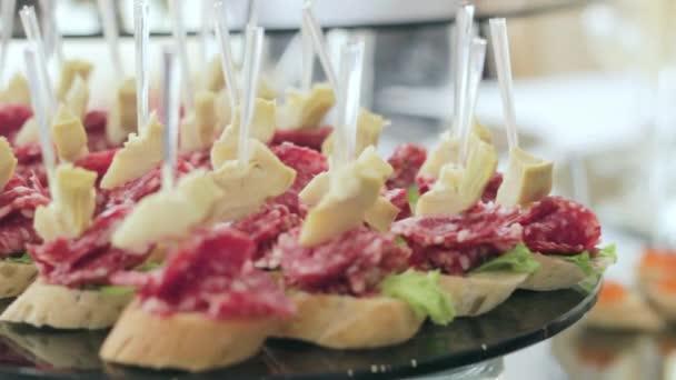 Chutné canape ze sýra Salami a Brie na Oslavovní hostině. Narozeniny, výročí.