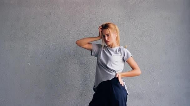 Model sexy, elegantní a krásná dívka pózuje na kameru přitom stát na ulici. Móda ulice