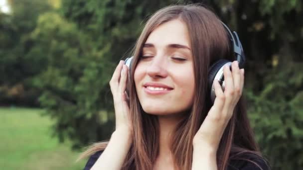 krásná mladá dívka poslechu na sluchátka.