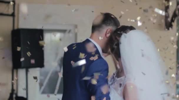 Gyönyörű esküvői tánc a menyasszony és a vőlegény. Idő telik el