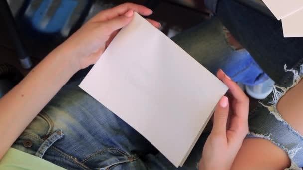 Dívka otevírá Card. Šťastný Valentýna psáno v kartě.