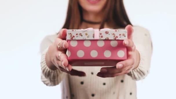 Sexy, krásná dívka s sladký úsměv dává dárek. Den svatého Valentýna