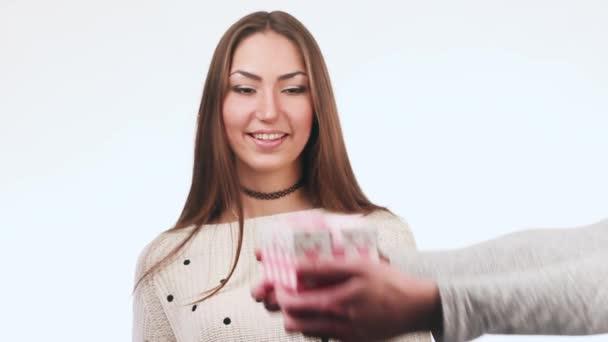 schöne und schöne Mädchen erhält ein Geschenk. öffnet sie die Schachtel und ist sehr glücklich. , lacht sie und freut sich. Überraschung.