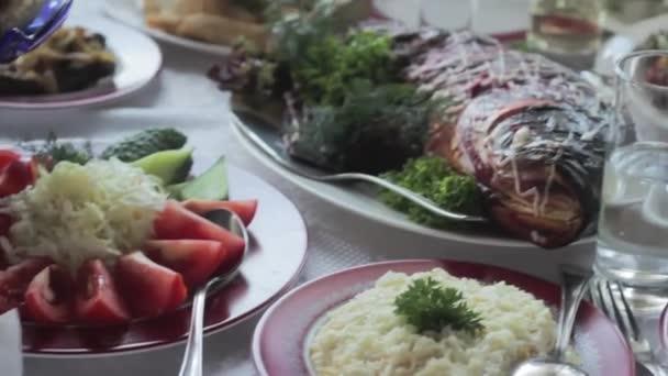 Banket. Různé chutné jídlo na svatební stůl. Ryby, maso, občerstvení a nápoje