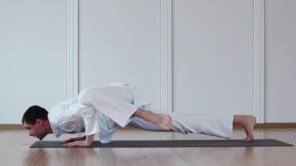 Pěkný muž dělá Yoga.Chaturanga