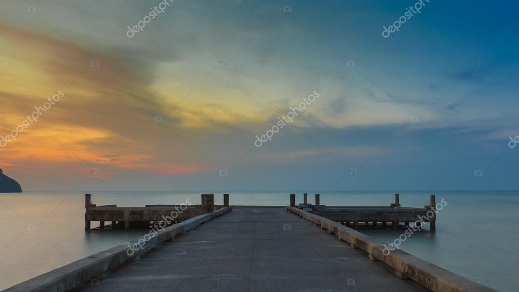 Фотообои Длинный Пирс, ведущий к берегу моря до рассвета