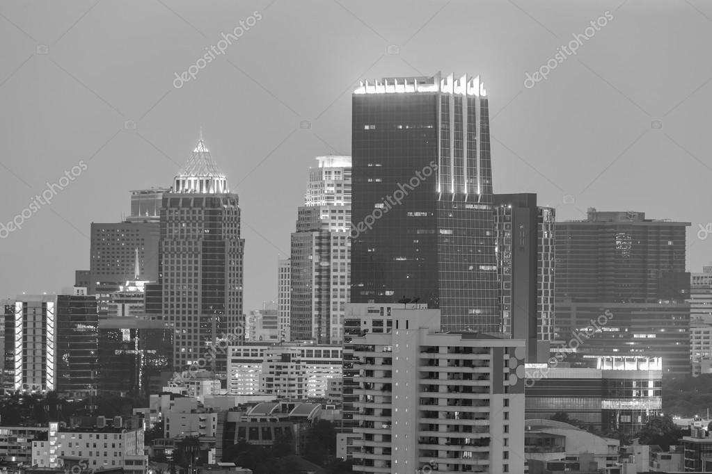 Noir et blanc immeuble de bureaux en quartier central des