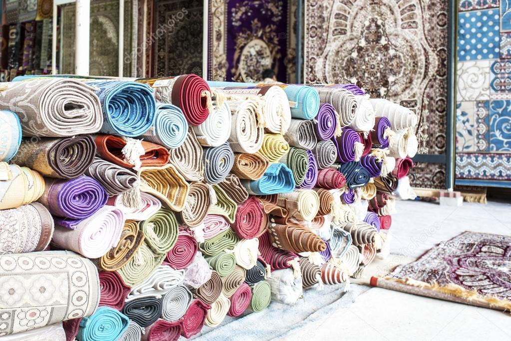 Mucchio di tappeti arrotolati in deposito coperta foto for Piani di coperta 16x20