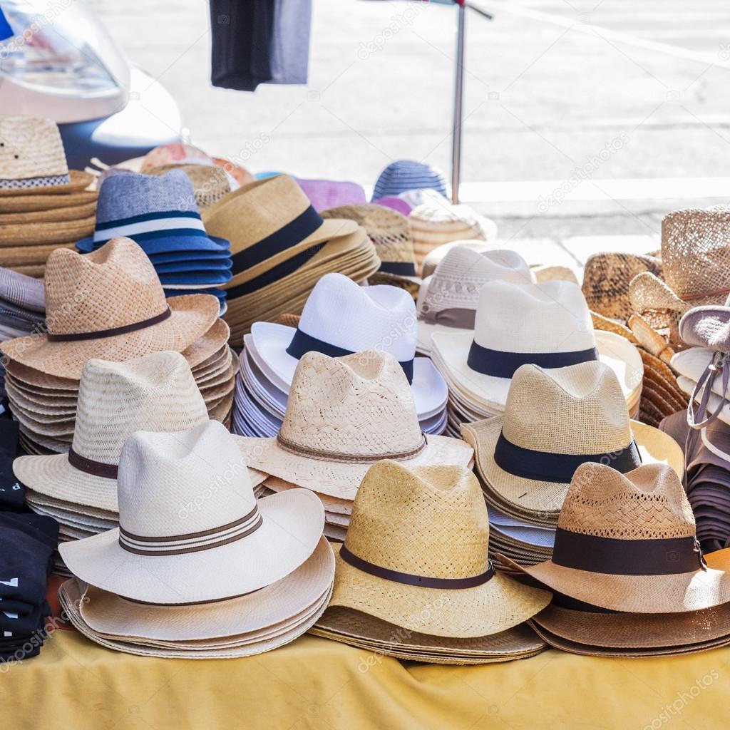 06e5c5006b Todas las clases de sombreros para los hombres a la venta en un stand de un  mercado local — Foto de scalatore959