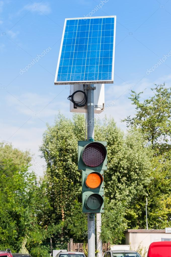 Semaforo di strada e pannello solare foto stock for Immagini pannello solare