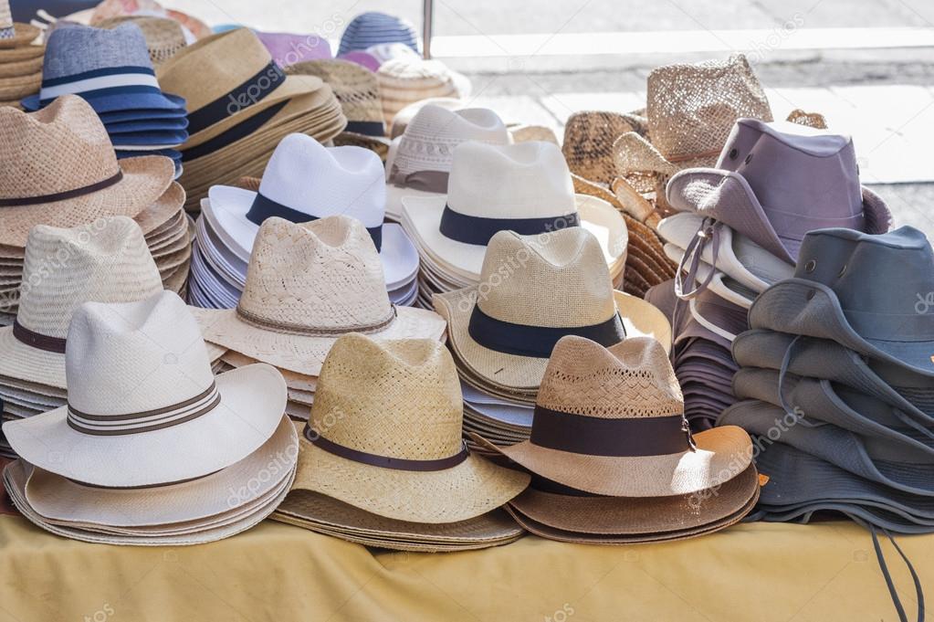 4426f55655 Todas las clases de sombreros para los hombres a la venta en un stand de un  mercado local — Foto de ...