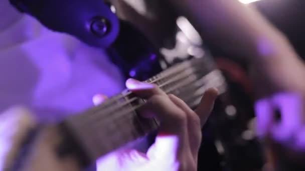 muž hraje na elektrickou kytaru