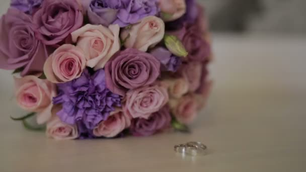 Trauringe und Hochzeitsstrauß. Trauringe auf das Bouquet. Hochzeit-Attribute