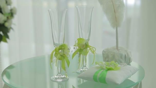 Tabelle mit Hochzeitsaccessoires und zwei Gläser
