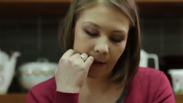 Mladá žena dívá na mobil, vyjadřuje emoce