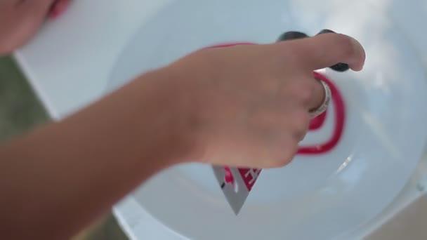Malba akrylovou barvou červené srdce na talíři, den svatého Valentýna
