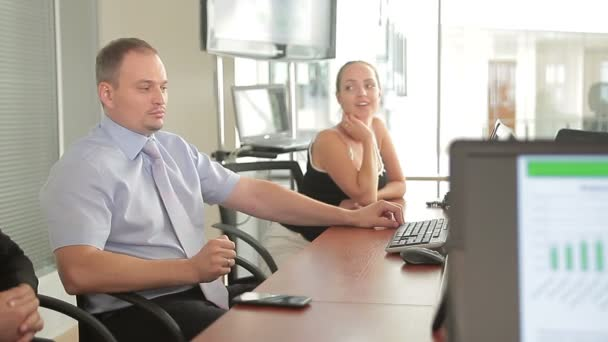 Mužské kavkazské řízení výkonné v zasedací místnosti setkání s jeho obchodní tým
