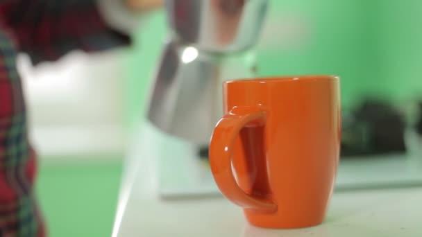 Ruční lití kávu do šálku, detail