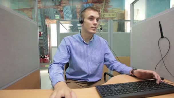 Call centrum operátor poskytující klienta veškeré potřebné informace o výrobku či služby, učitelka