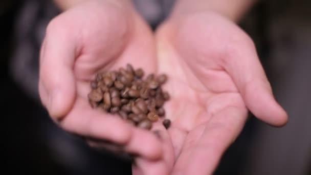 muž ruce kávové zrna - uvnitř zavřít dospělého člověka ruce držící kávové zrna