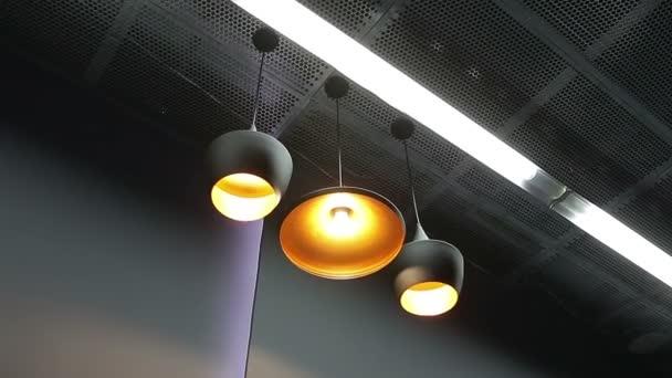 Lampe licht an die decke im modernen interieur u stockvideo