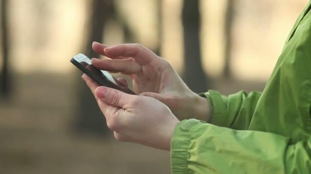 Žena pomocí smartphone, chatování, zblízka