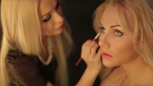 a sminkes üzembe make-up a modell szemét. szem smink
