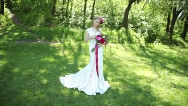 krásné svatební kytici květin v rukou mladé nevěsty. svatby. mladá žena v parku, lesa. Svatební oslavu. přírodní zelené pozadí. životní styl pár rodina