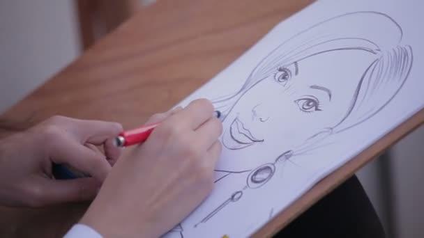 umělec maluje portrét karikaturu ženy, zblízka