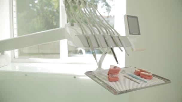 Zubní klinika design interiéru s židlí a nářadím.