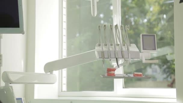 Zubní klinika interiérový design s židlí a nástrojů. Současné prázdné ordinace zubní křeslo a zařízení