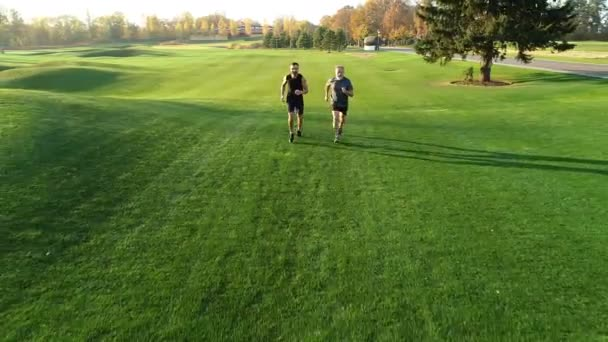 Otec a syn běhali po trávě v parku