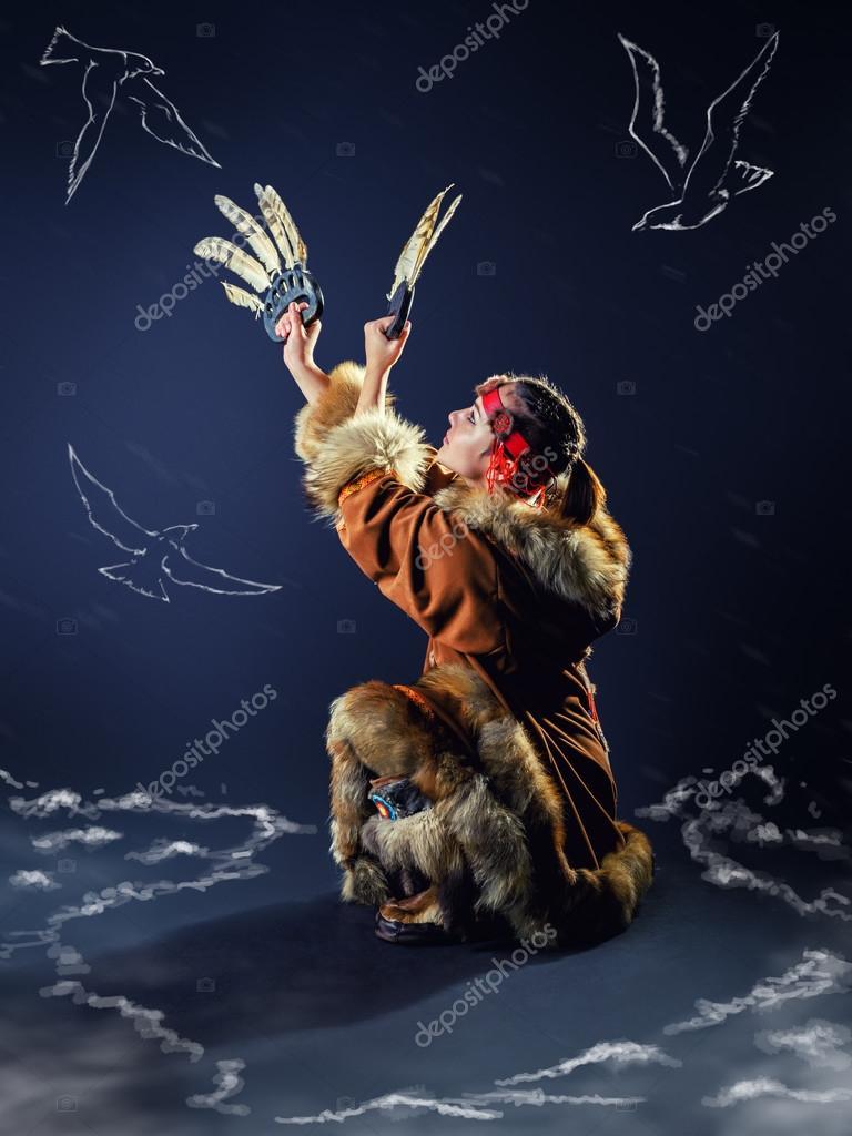 86473d0a03 Menina bonita do Norte. Dança ritual de gaivota — Fotografia de Stock