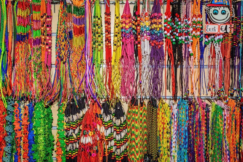 Handgefertigte Armbänder und Halsketten im shop — Stockfoto © Olleke ...